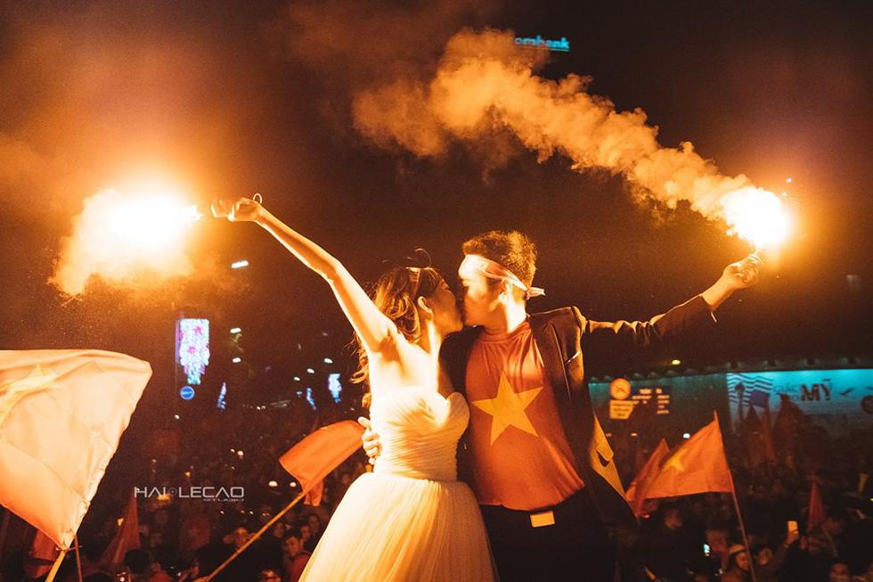 Bộ ảnh cưới chụp ngay trong đêm mừng chiến thắng lịch sử - Ảnh 1.