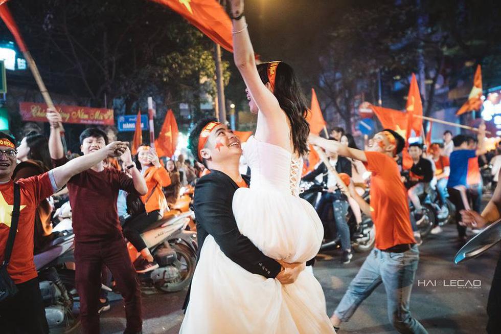 Bộ ảnh cưới chụp ngay trong đêm mừng chiến thắng lịch sử - Ảnh 8.