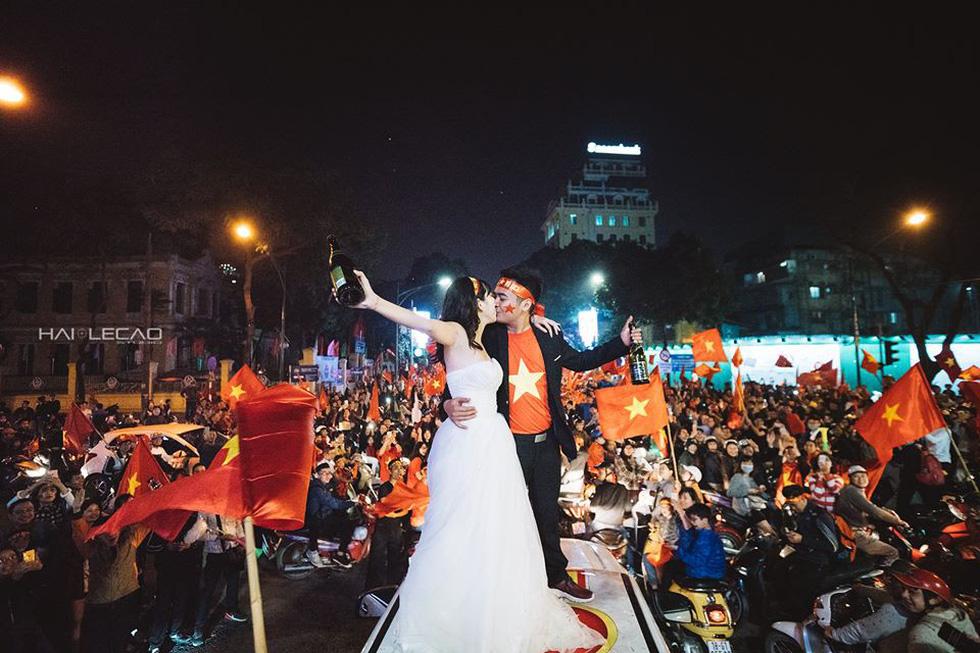 Bộ ảnh cưới chụp ngay trong đêm mừng chiến thắng lịch sử - Ảnh 9.