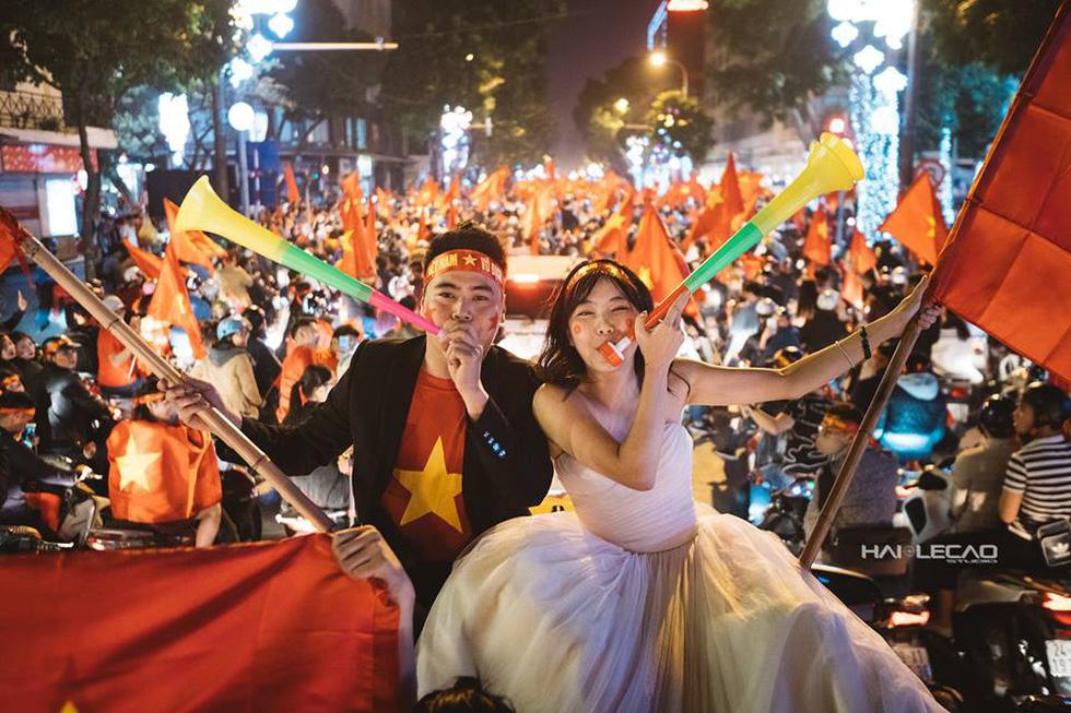 Bộ ảnh cưới chụp ngay trong đêm mừng chiến thắng lịch sử - Ảnh 4.