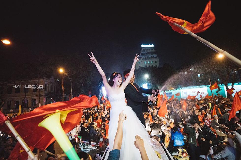 Bộ ảnh cưới chụp ngay trong đêm mừng chiến thắng lịch sử - Ảnh 2.