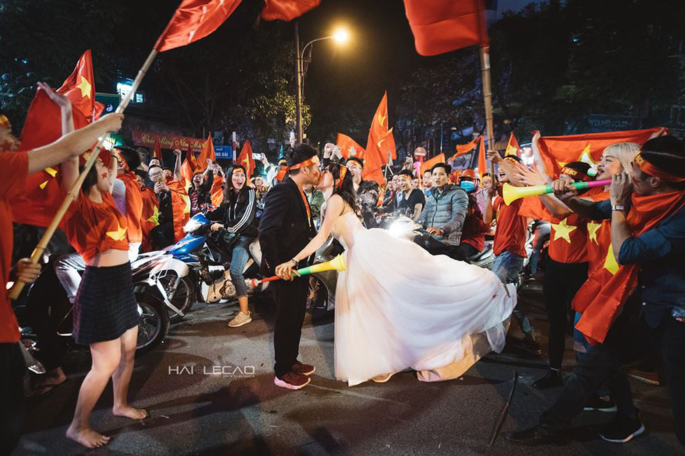 Bộ ảnh cưới chụp ngay trong đêm mừng chiến thắng lịch sử - Ảnh 13.