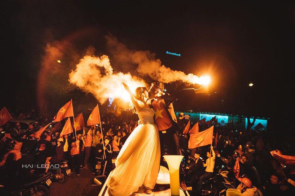 Bộ ảnh cưới chụp ngay trong đêm mừng chiến thắng lịch sử - Ảnh 15.