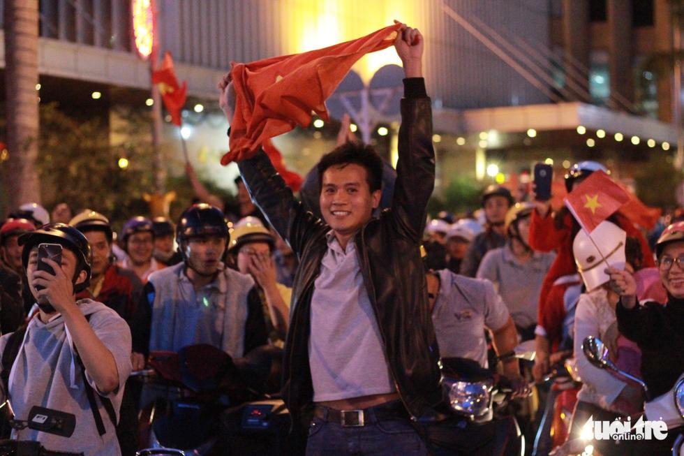 Fan Việt cuồn cuộn đổ ra đường mừng kỳ tích U23 Việt Nam - Ảnh 20.