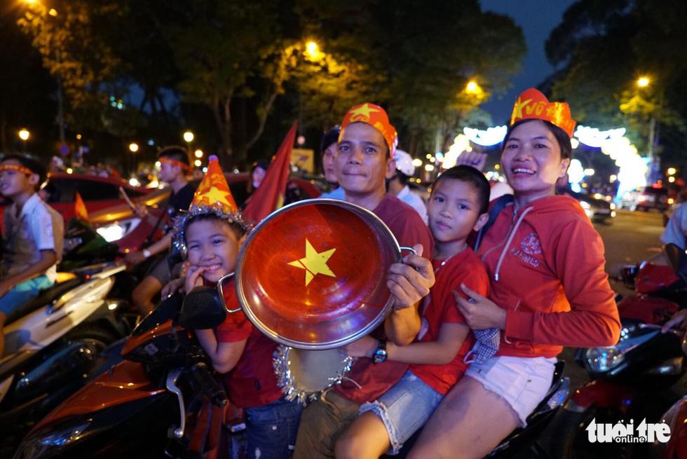 Fan Việt cuồn cuộn đổ ra đường mừng kỳ tích U23 Việt Nam - Ảnh 17.