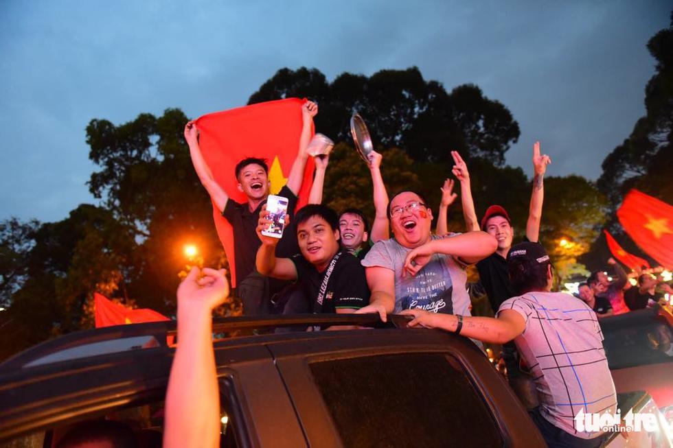 Fan Việt cuồn cuộn đổ ra đường mừng kỳ tích U23 Việt Nam - Ảnh 16.