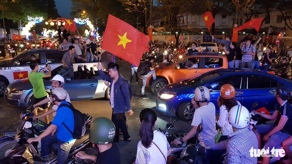 Fan Việt cuồn cuộn đổ ra đường mừng kỳ tích U23 Việt Nam - Ảnh 12.