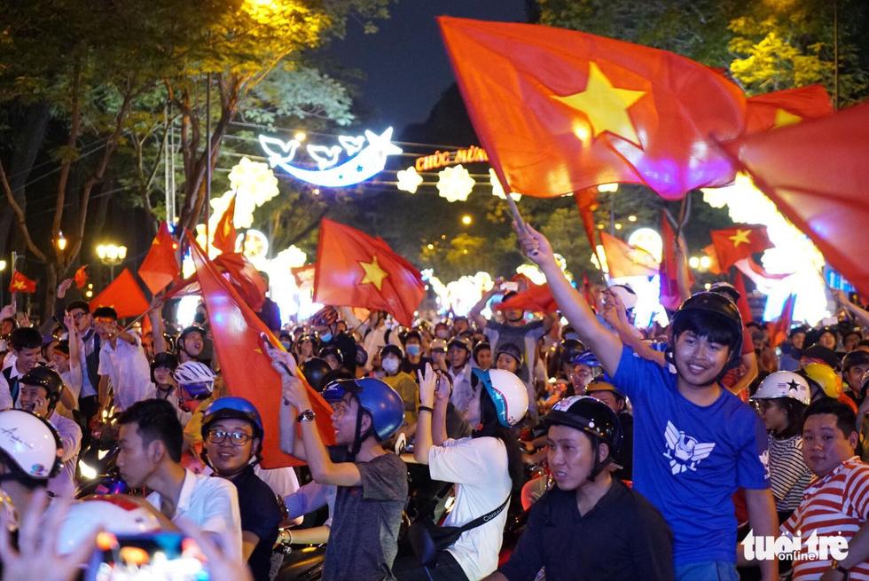 Fan Việt cuồn cuộn đổ ra đường mừng kỳ tích U23 Việt Nam - Ảnh 22.