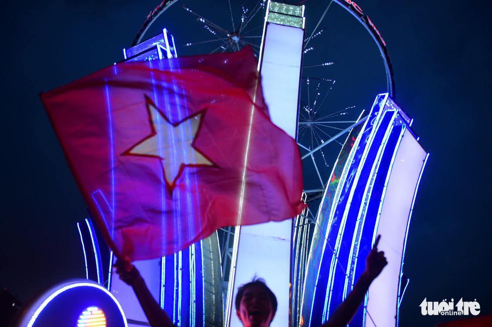 Fan Việt cuồn cuộn đổ ra đường mừng kỳ tích U23 Việt Nam - Ảnh 15.