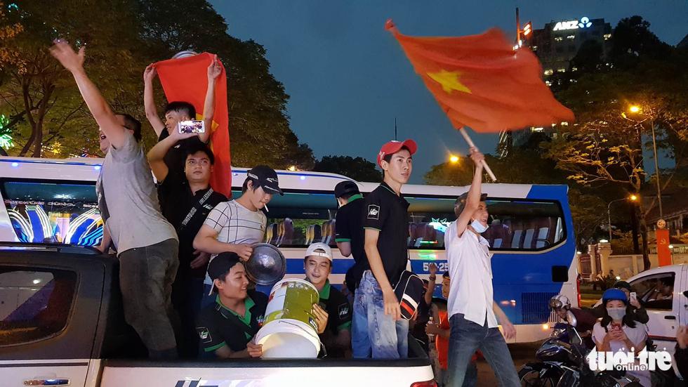 Fan Việt cuồn cuộn đổ ra đường mừng kỳ tích U23 Việt Nam - Ảnh 11.