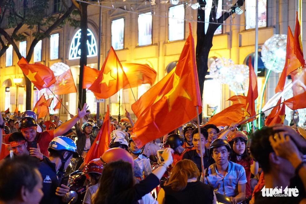 Fan Việt cuồn cuộn đổ ra đường mừng kỳ tích U23 Việt Nam - Ảnh 23.