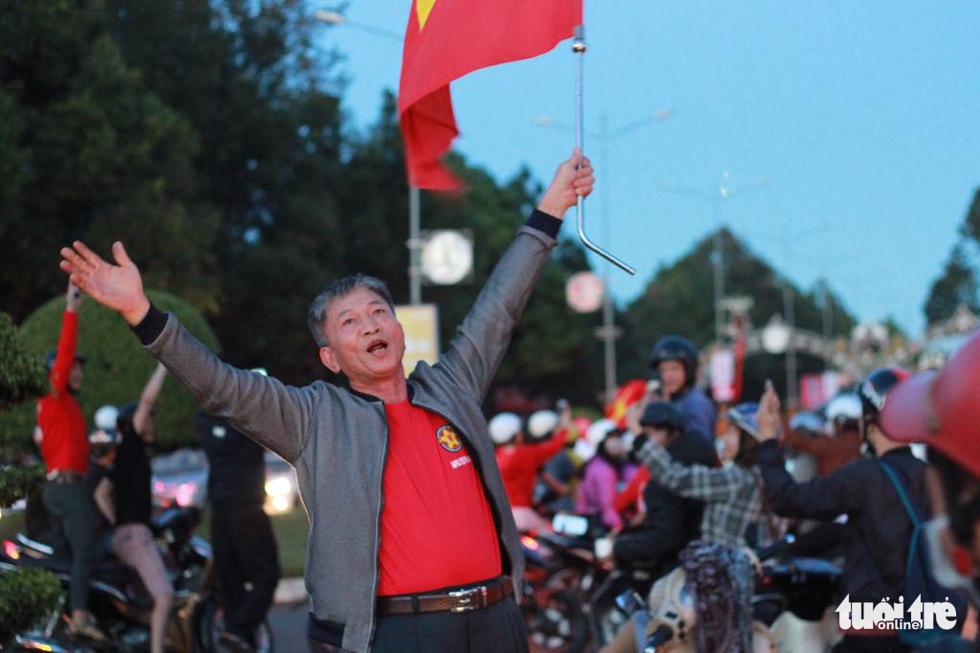 Fan Việt cuồn cuộn đổ ra đường mừng kỳ tích U23 Việt Nam - Ảnh 19.