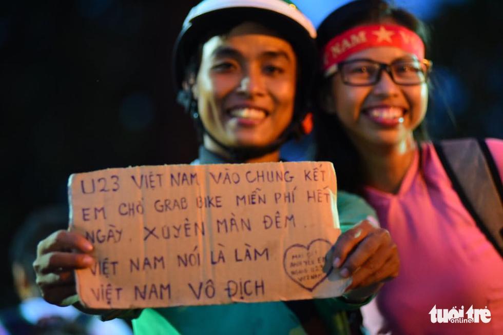 Fan Việt cuồn cuộn đổ ra đường mừng kỳ tích U23 Việt Nam - Ảnh 14.