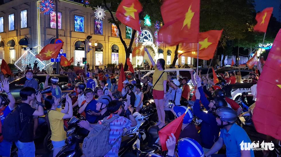 Fan Việt cuồn cuộn đổ ra đường mừng kỳ tích U23 Việt Nam - Ảnh 10.