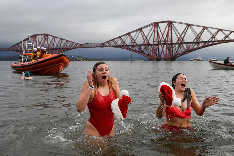 Bơi trong nước lạnh mừng năm mới ở khắp nơi - Ảnh 5.