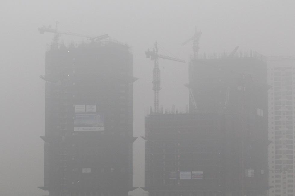 Đến gần trưa, Hà Nội vẫn chìm trong sương mù - Ảnh 3.