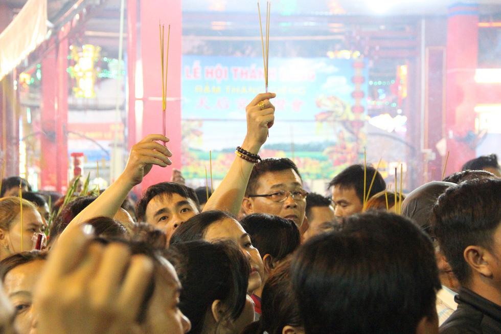 Chen lấn nghẹt thở bốc tro cầu may tại chùa Bà Bình Dương - Ảnh 4.