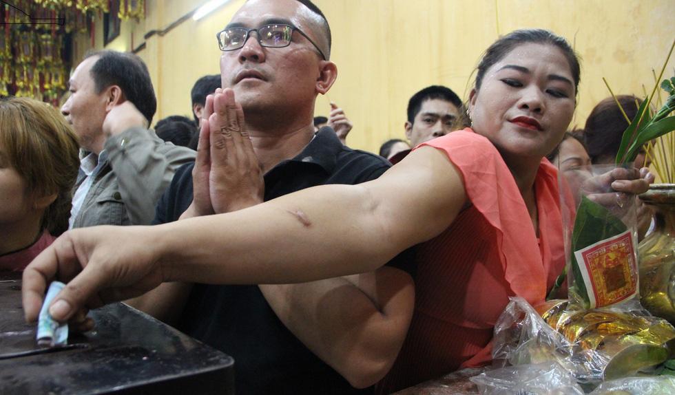 Chen lấn nghẹt thở bốc tro cầu may tại chùa Bà Bình Dương - Ảnh 12.