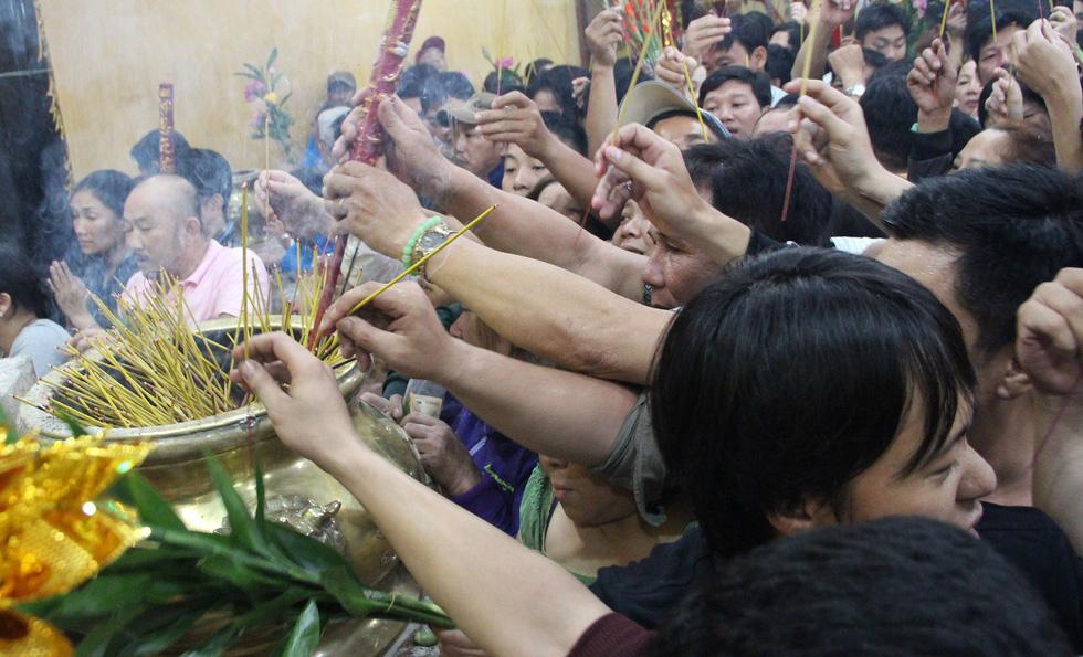 Chen lấn nghẹt thở bốc tro cầu may tại chùa Bà Bình Dương - Ảnh 13.