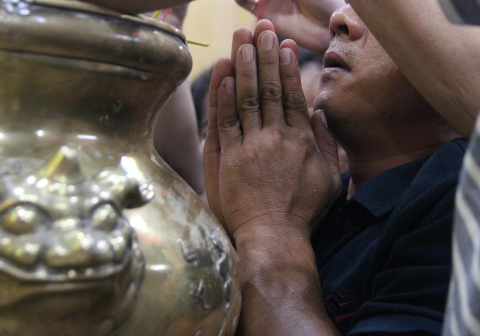 Chen lấn nghẹt thở bốc tro cầu may tại chùa Bà Bình Dương - Ảnh 14.