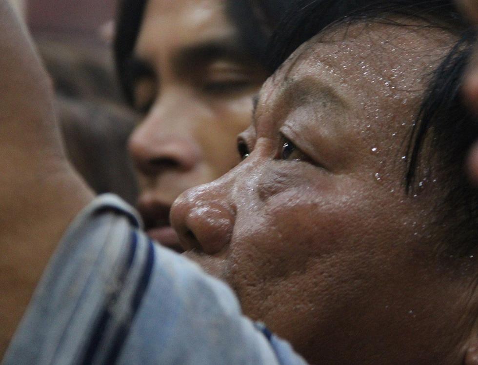 Chen lấn nghẹt thở bốc tro cầu may tại chùa Bà Bình Dương - Ảnh 15.