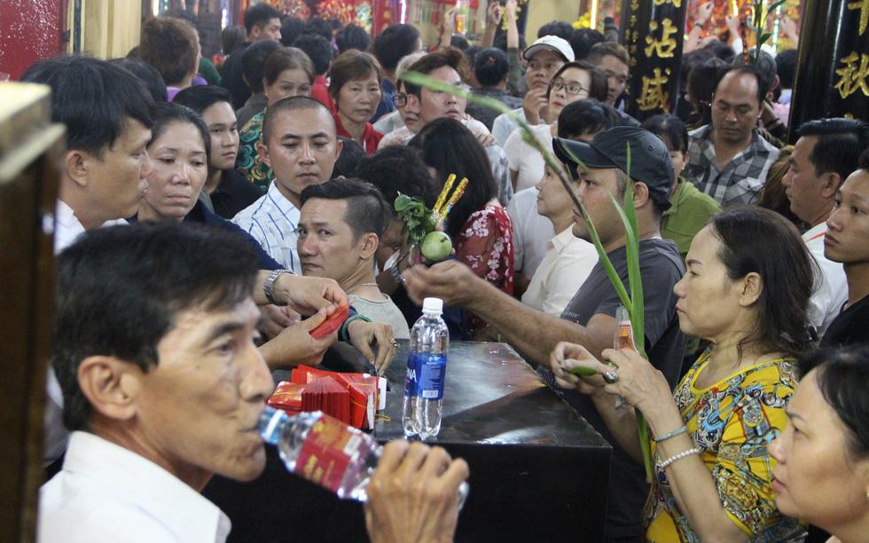 Chen lấn nghẹt thở bốc tro cầu may tại chùa Bà Bình Dương - Ảnh 17.