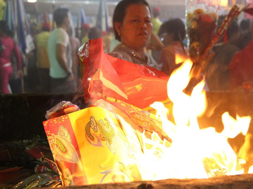 Chen lấn nghẹt thở bốc tro cầu may tại chùa Bà Bình Dương - Ảnh 18.