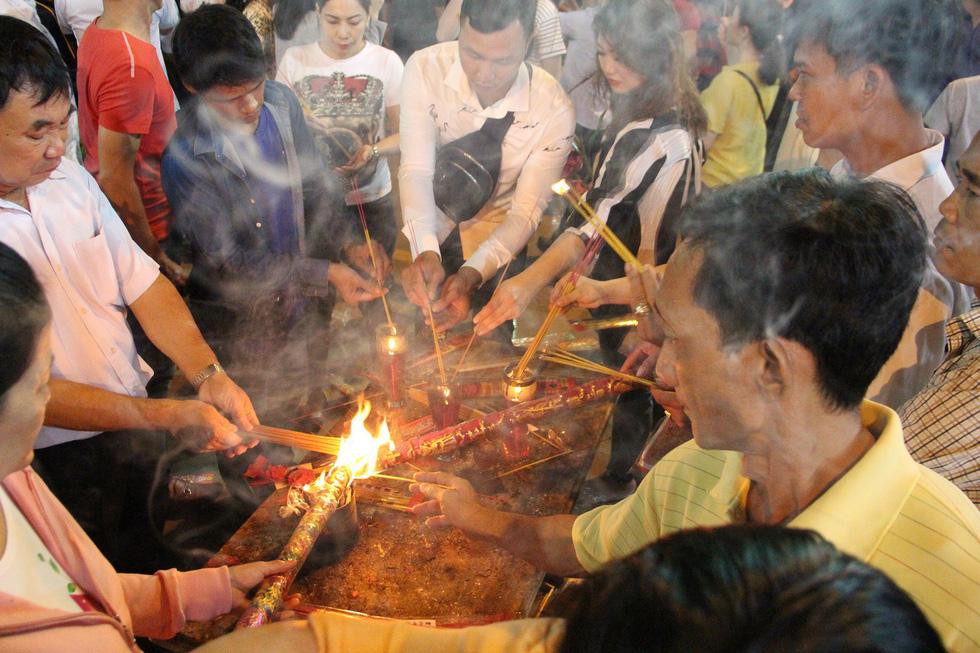 Chen lấn nghẹt thở bốc tro cầu may tại chùa Bà Bình Dương - Ảnh 3.