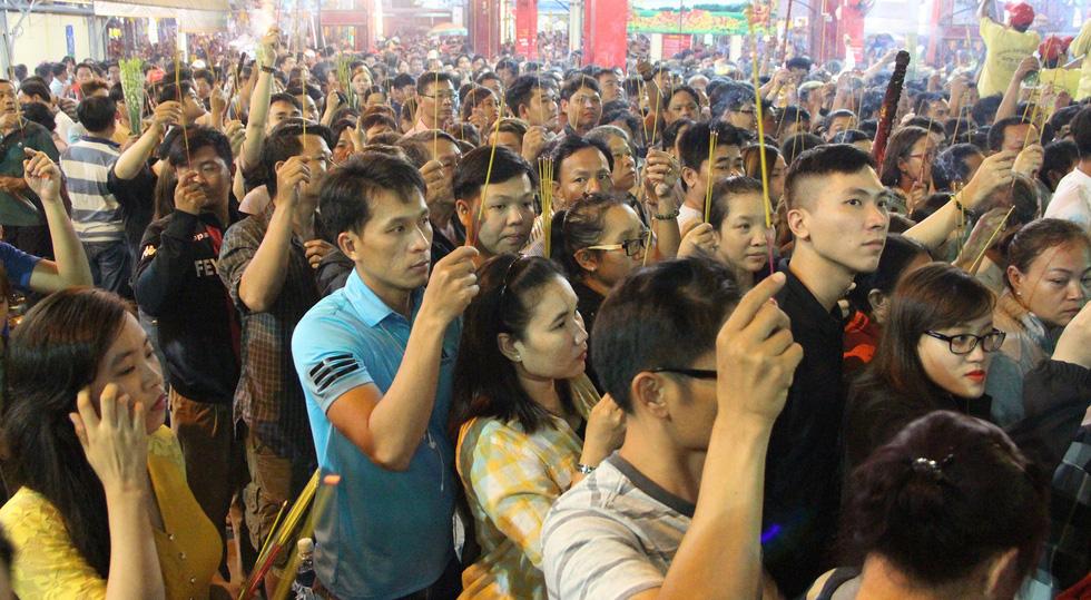 Chen lấn nghẹt thở bốc tro cầu may tại chùa Bà Bình Dương - Ảnh 5.