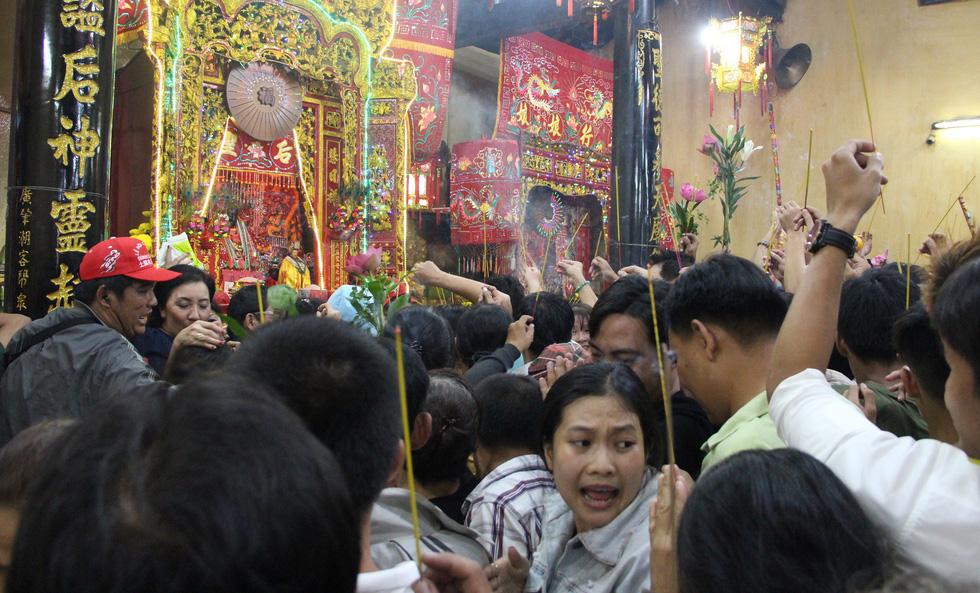 Chen lấn nghẹt thở bốc tro cầu may tại chùa Bà Bình Dương - Ảnh 6.