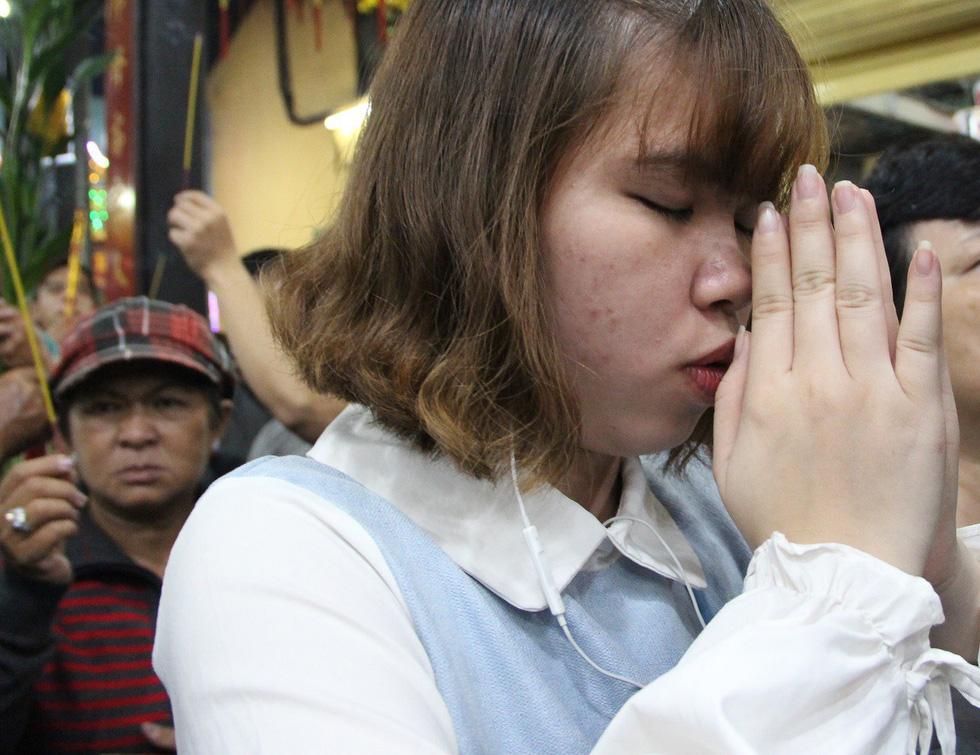 Chen lấn nghẹt thở bốc tro cầu may tại chùa Bà Bình Dương - Ảnh 8.