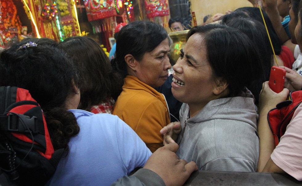 Chen lấn nghẹt thở bốc tro cầu may tại chùa Bà Bình Dương - Ảnh 9.