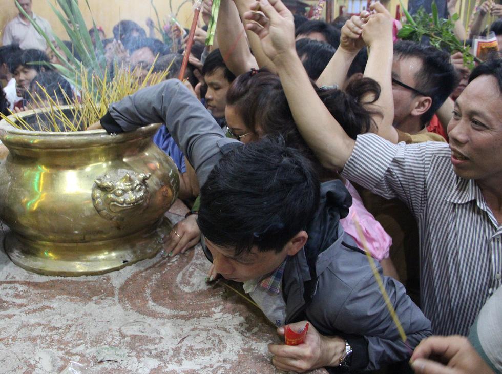 Chen lấn nghẹt thở bốc tro cầu may tại chùa Bà Bình Dương - Ảnh 10.