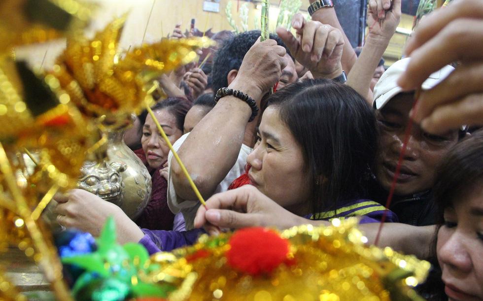Chen lấn nghẹt thở bốc tro cầu may tại chùa Bà Bình Dương - Ảnh 16.