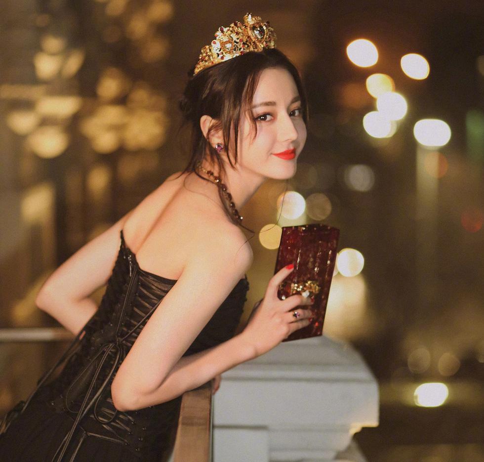 Địch Lê Nhiệt Ba được yêu đơn giản vì xinh đẹp và dễ thương - Ảnh 1.