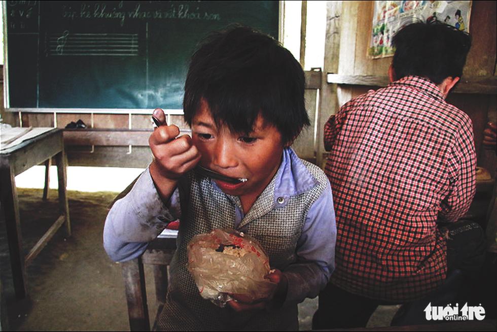 Nhói lòng bữa cơm của trẻ em điểm trường Chí Thì - Ảnh 7.