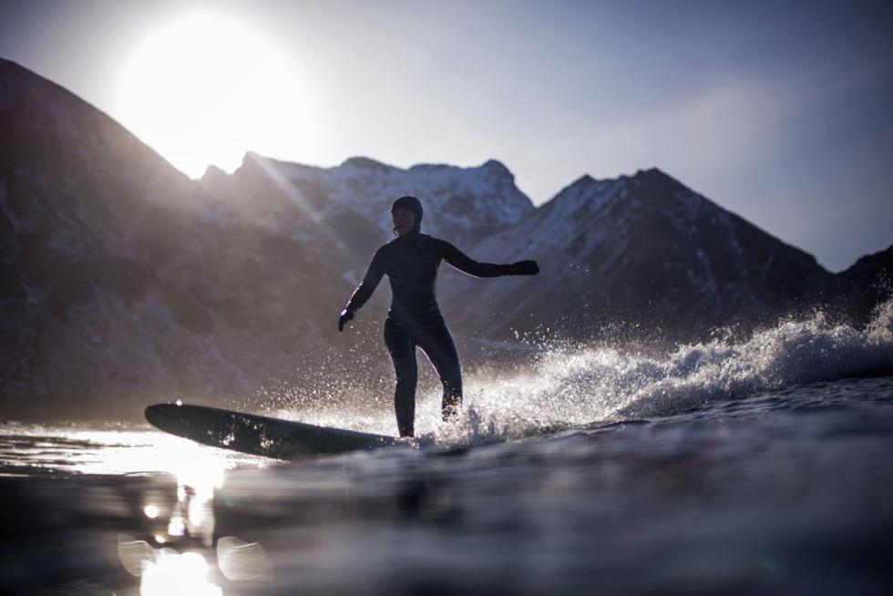 Lướt sóng dưới ánh sáng cực quang ở Na Uy - Ảnh 1.