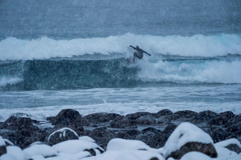 Lướt sóng dưới ánh sáng cực quang ở Na Uy - Ảnh 12.
