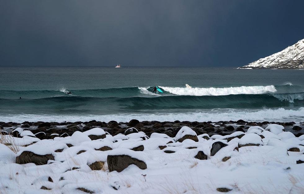 Lướt sóng dưới ánh sáng cực quang ở Na Uy - Ảnh 14.