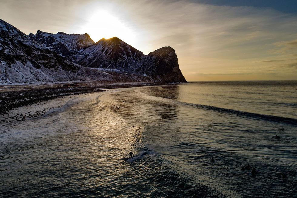 Lướt sóng dưới ánh sáng cực quang ở Na Uy - Ảnh 15.