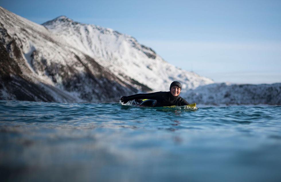 Lướt sóng dưới ánh sáng cực quang ở Na Uy - Ảnh 16.