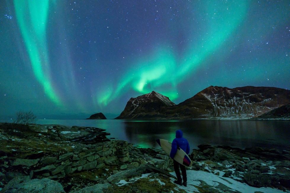 Lướt sóng dưới ánh sáng cực quang ở Na Uy - Ảnh 18.