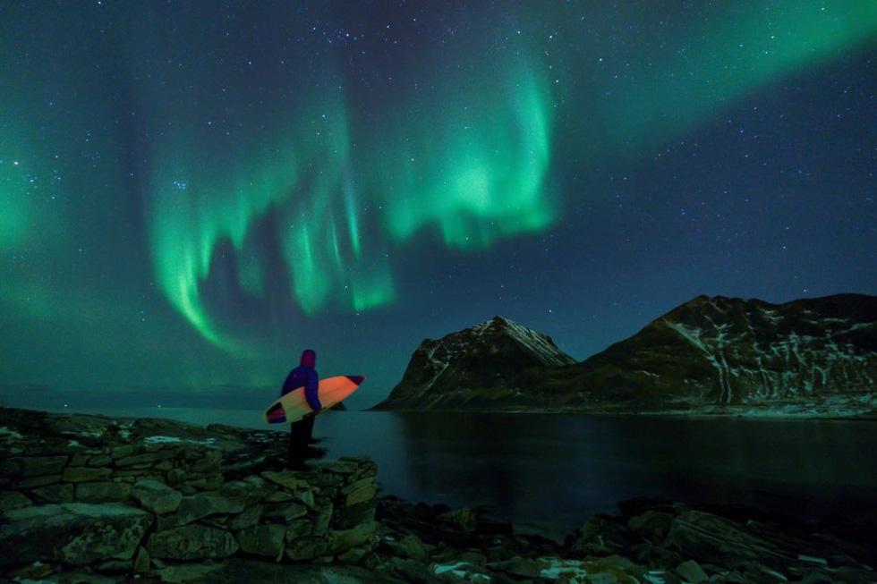 Lướt sóng dưới ánh sáng cực quang ở Na Uy - Ảnh 2.