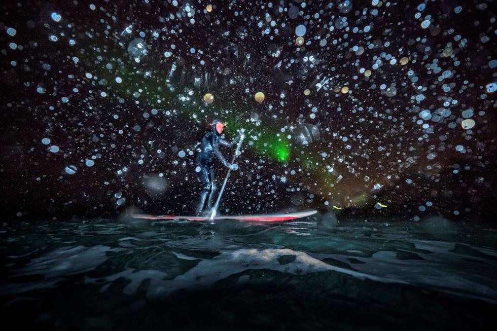 Lướt sóng dưới ánh sáng cực quang ở Na Uy - Ảnh 4.