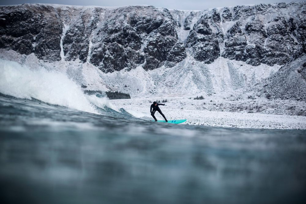 Lướt sóng dưới ánh sáng cực quang ở Na Uy - Ảnh 6.
