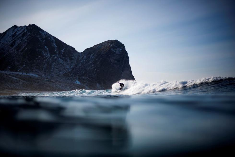 Lướt sóng dưới ánh sáng cực quang ở Na Uy - Ảnh 8.