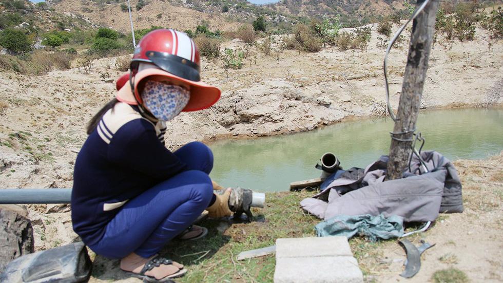 Ninh Thuận khô hạn, hồ thủy lợi trơ đáy - Ảnh 4.