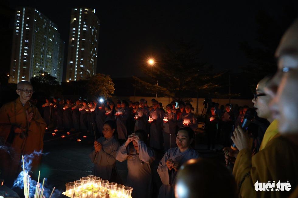 Kinh Phật vang đêm cầu siêu nạn nhân vụ cháy chung cư Carina - Ảnh 2.