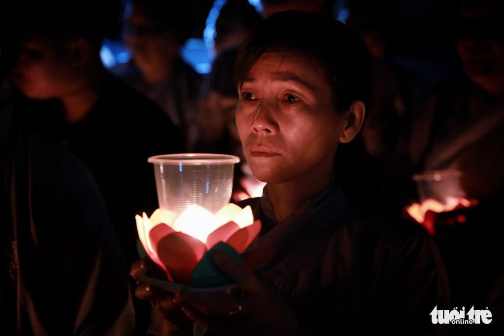 Kinh Phật vang đêm cầu siêu nạn nhân vụ cháy chung cư Carina - Ảnh 3.