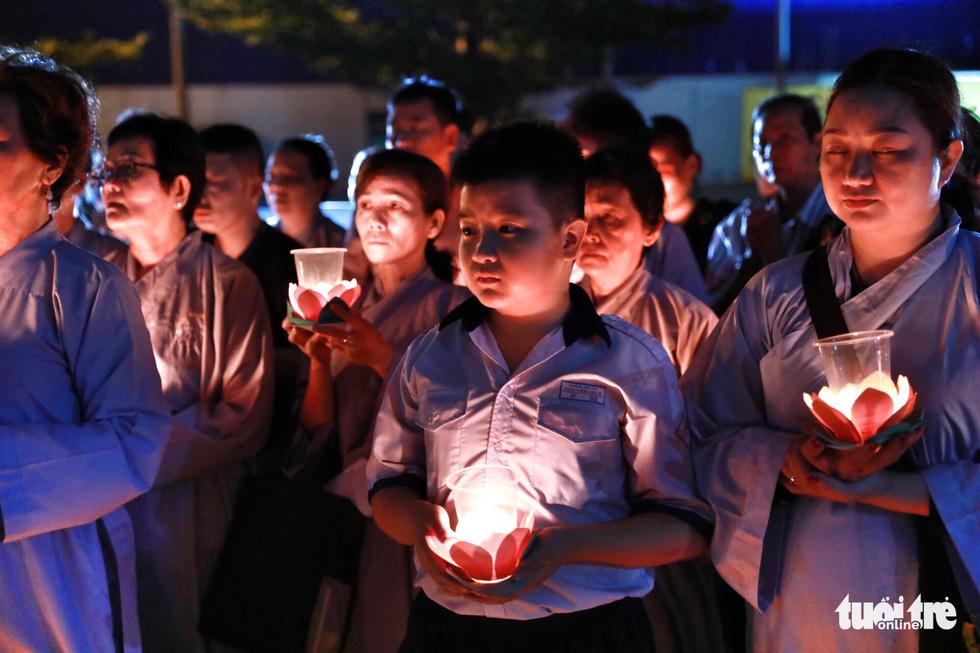 Kinh Phật vang đêm cầu siêu nạn nhân vụ cháy chung cư Carina - Ảnh 4.